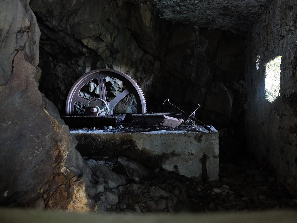 Le moteur d'un funiculaire. Il permettait de remonter les vivres pour les soldats.
